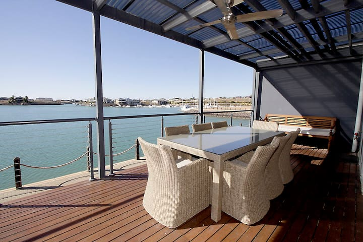 Luxury 4 Bedroom Boardwalk Apartment -Marina Views