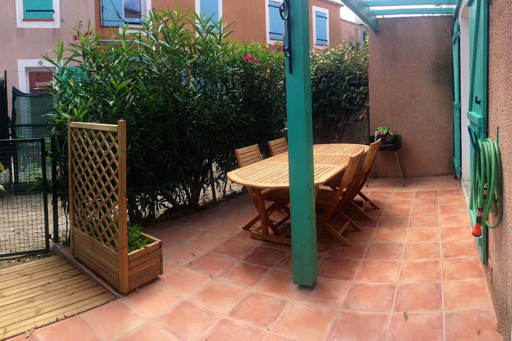 La jardin avec sa table et son barbecue