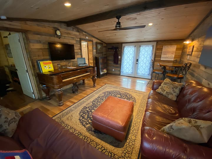 Country Cabin Getaway at Dogwood Meadows!