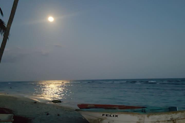 VILLA FAMILIAR PARA 14 PERS. frente al mar !!!