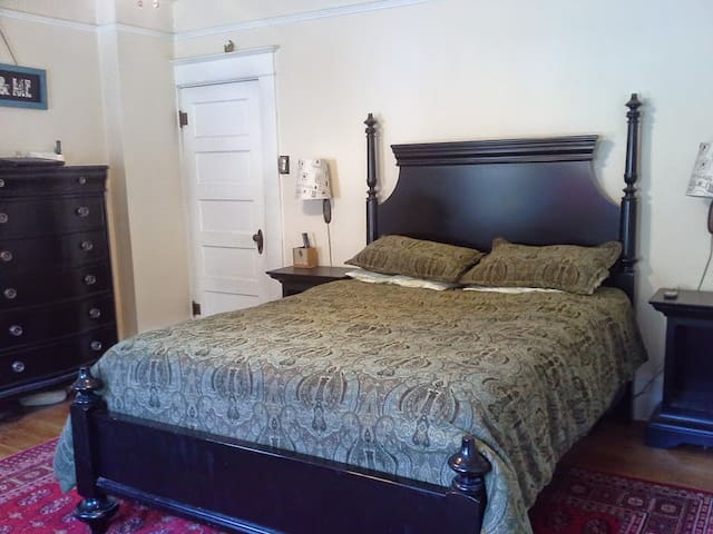 Master Bedroom in Historic Downtown Boarding House - The Dalles - Apartment
