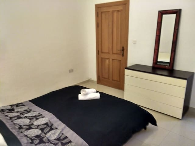 Room with two beds 4 minutes to Spinola bay