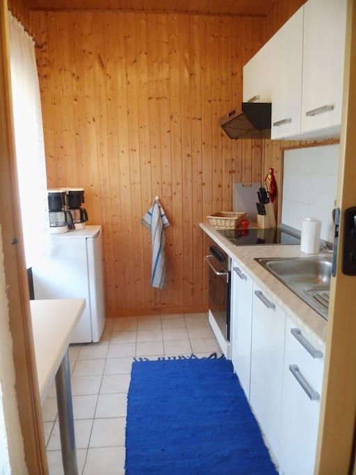 Die Küche hat alles was man braucht, die Kräuter gibt es vor der Tür.