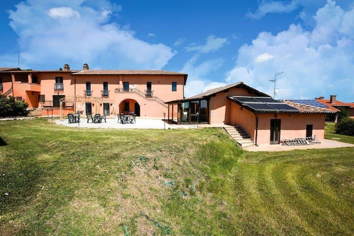 Splendido Agriturimo immerso nel verde a due passi dalla Toscana