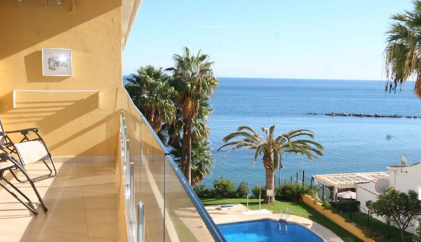 New luxury apartment 1st line, access to the beach