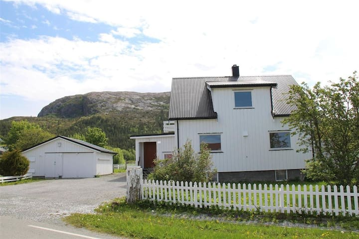Holiday house with 4 (5) bedrooms in Lysøysund