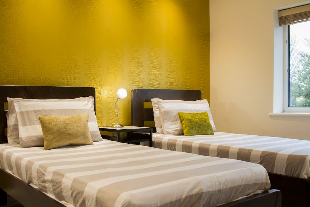 THE GOLD ROOM- Twin bedded room with Smart Tv and refreshments