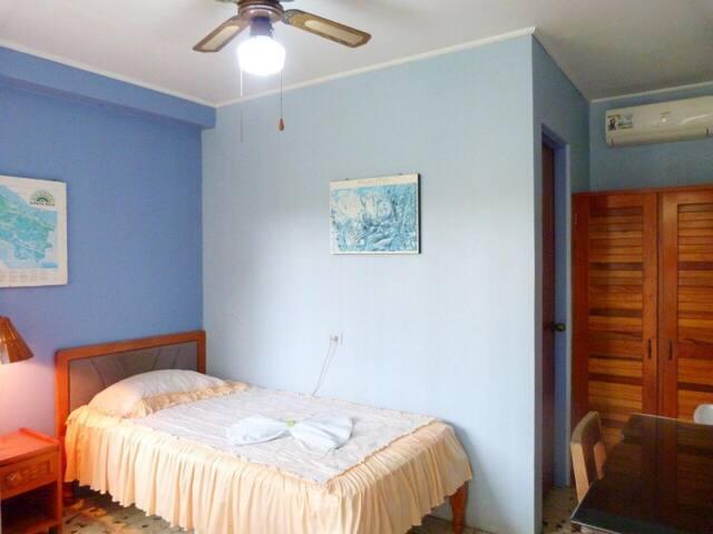 Habitación individual en planta baja con A/C. Hotel Naralit