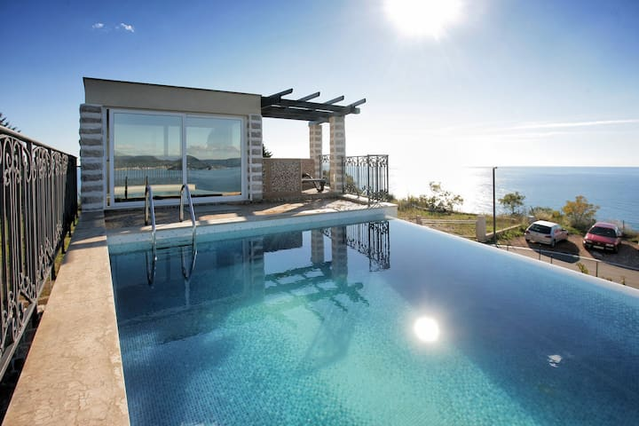 Sea view villa for 10 pax with rooftop pool - ペトロヴァック - 別荘