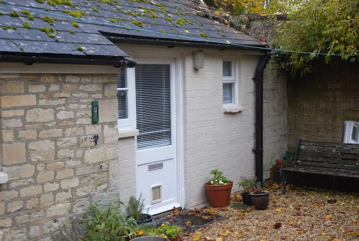 Courtyard Apartment in a quiet Cirencester Street