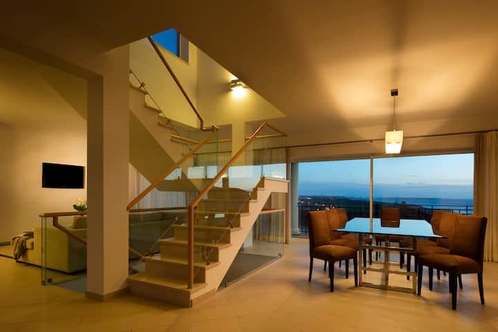 Apartamento Duplex com Piscina e Vista Mar