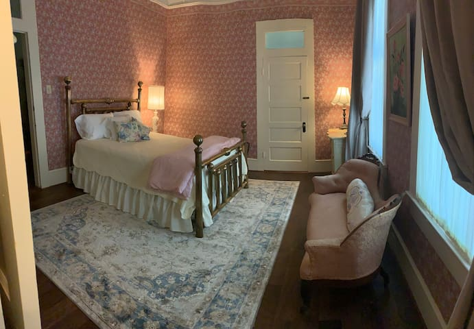 Stella's Private Room with Queen Bed