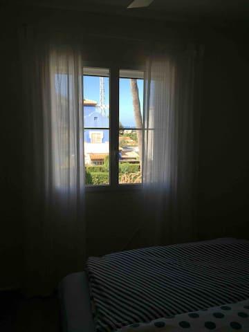 Schlafzimmer mit Palmen und Meerblick