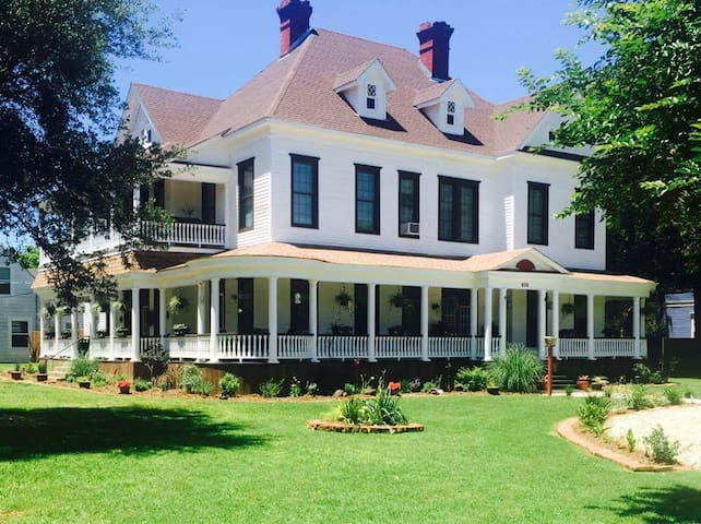 Roberts Victorian Home - Hearne - House