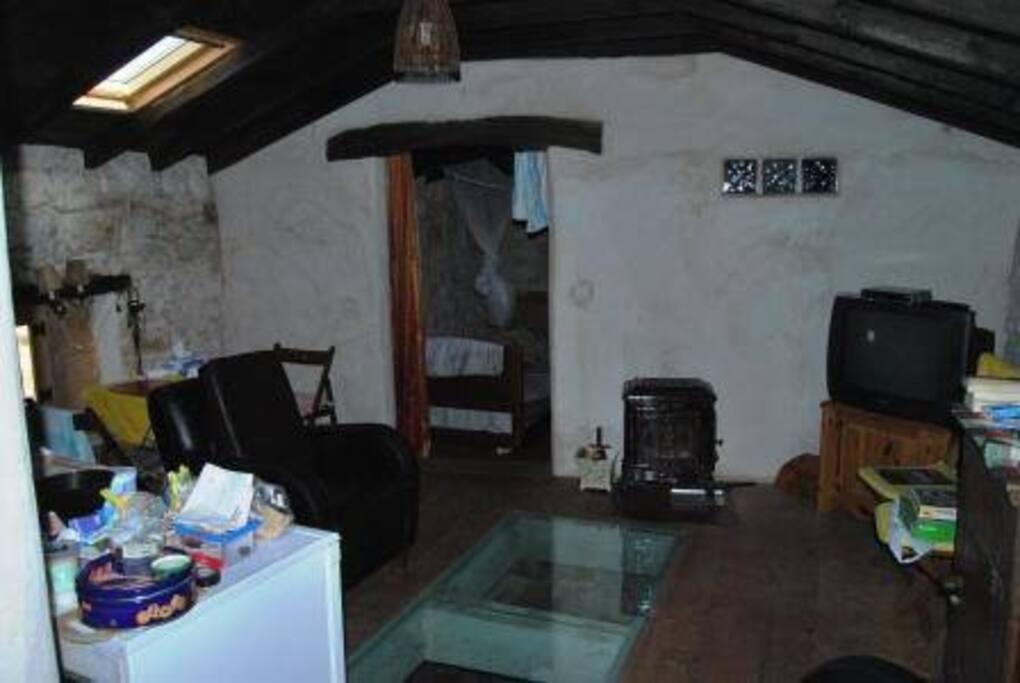 De woonkeuken met een glazen plaat in de vloer. Water stroomt van November tot / met April.