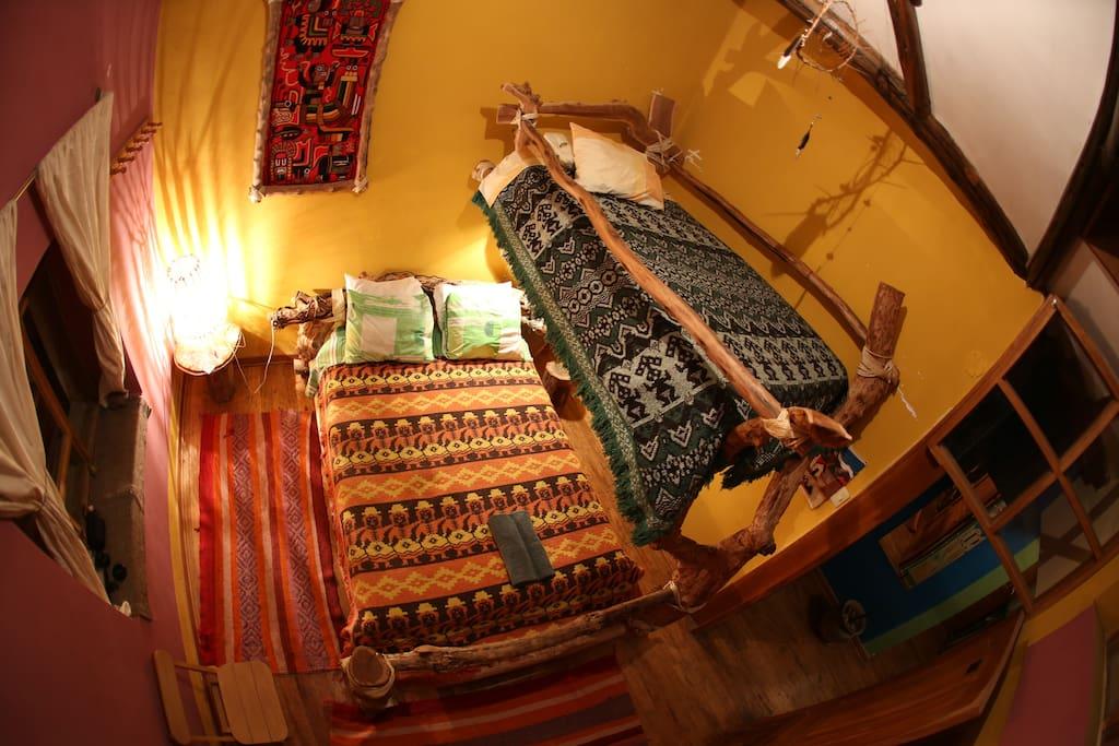 una habitación familiar con vista a la fortaleza