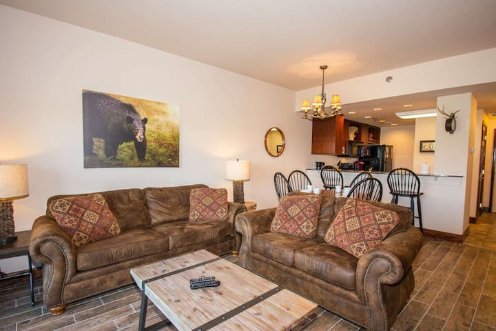 Big Bear #4004 - 1 mile to Pigeon Forge, Indoor Pool, Game Room, WiFi, Electric Fireplace, Views