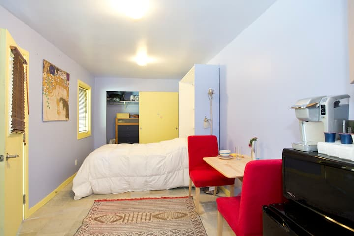 Quiet and private studio, 5-min walk from BART