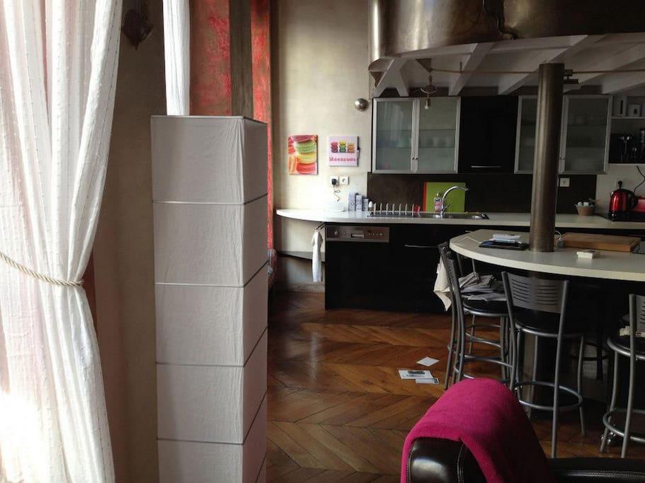 Вид на кухню из гостиной.