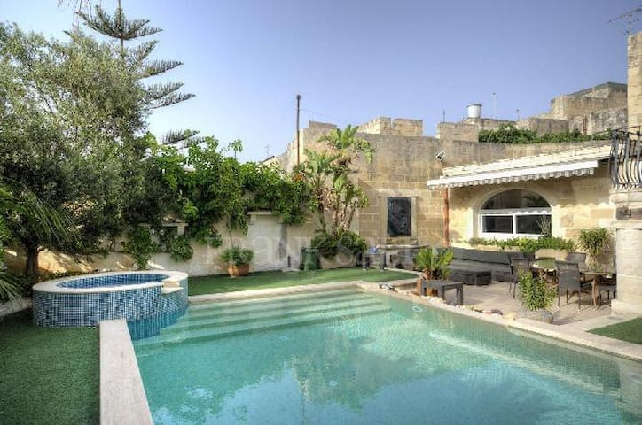 300 year old Expertly Converted Townhouse - Żebbuġ - Maison