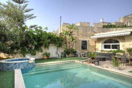 300 year old Expertly Converted Townhouse - Żebbuġ - Casa