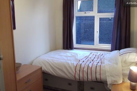 Double and Single Room - Byfleet - Bed & Breakfast