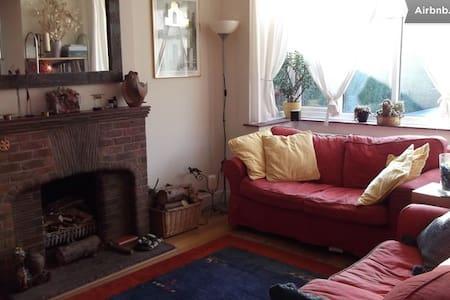 3 bedroom detached house in Byfleet - Byfleet