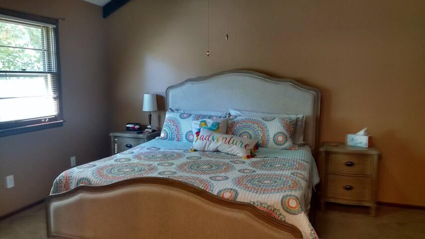 Lenexa split-level-comfy, cozy, & all for you!