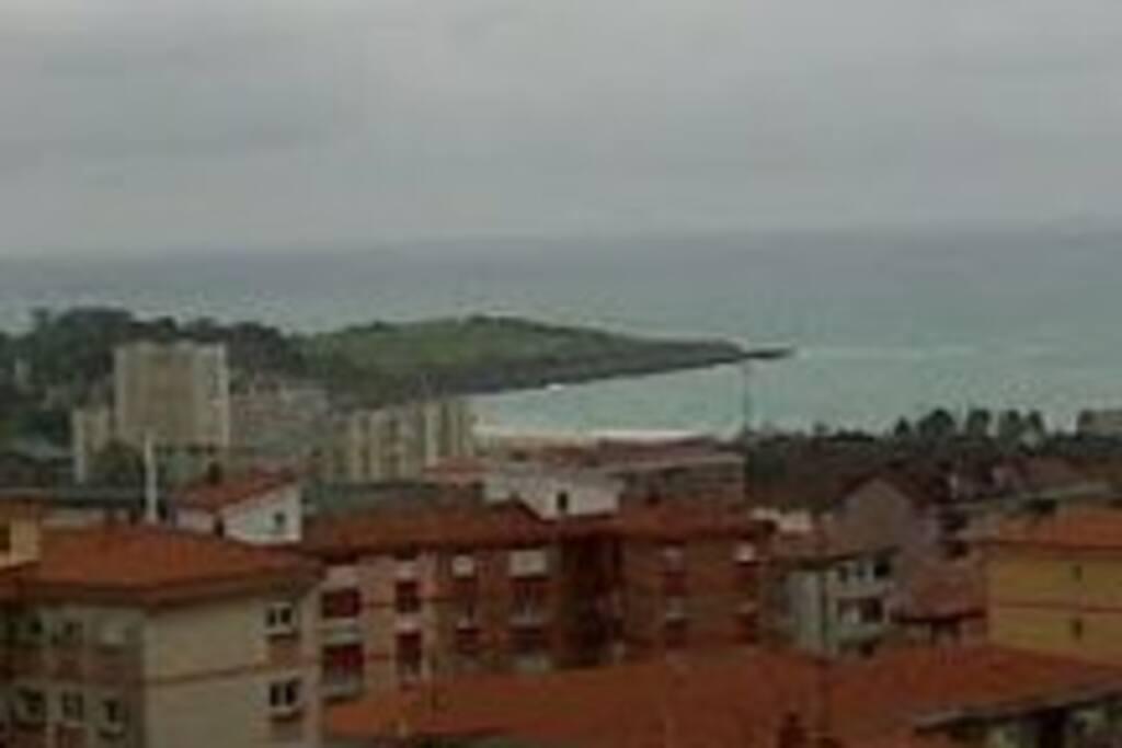 Desde tu ventana ves la playa.