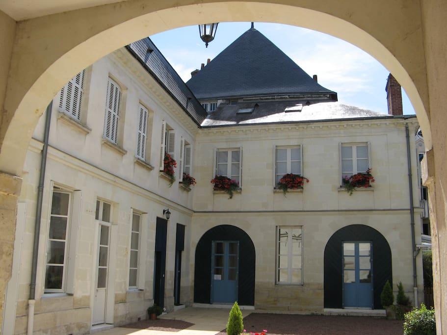 Le patio, avec l'entrée de la Loggia à gauche