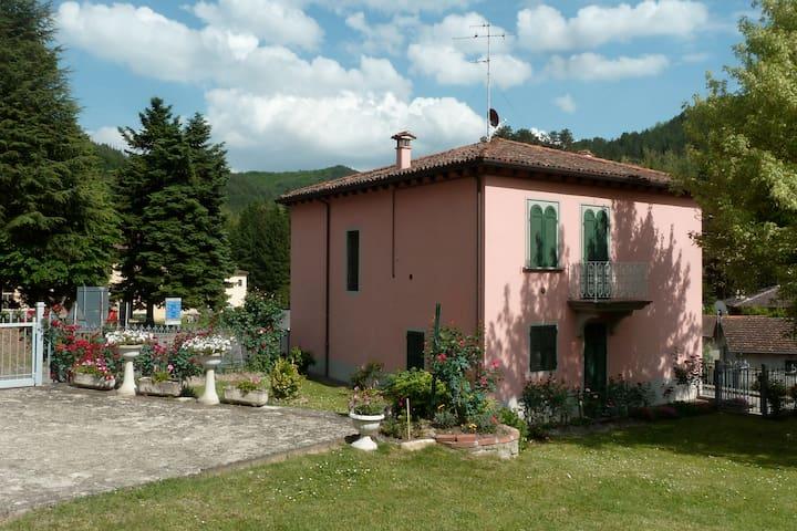 Affascinante villa con giardino  - Tredozio - Villa