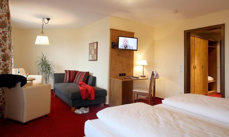 Hotel Hochfirst garni, (Lenzkirch-Saig), Comfort Junior Suite mit Badewanne/WC und Balkon