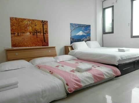 未於大鵬灣,小琉球碼頭和東隆宮的中心點,緊鄰海邊,是旅客最佳休息旅店