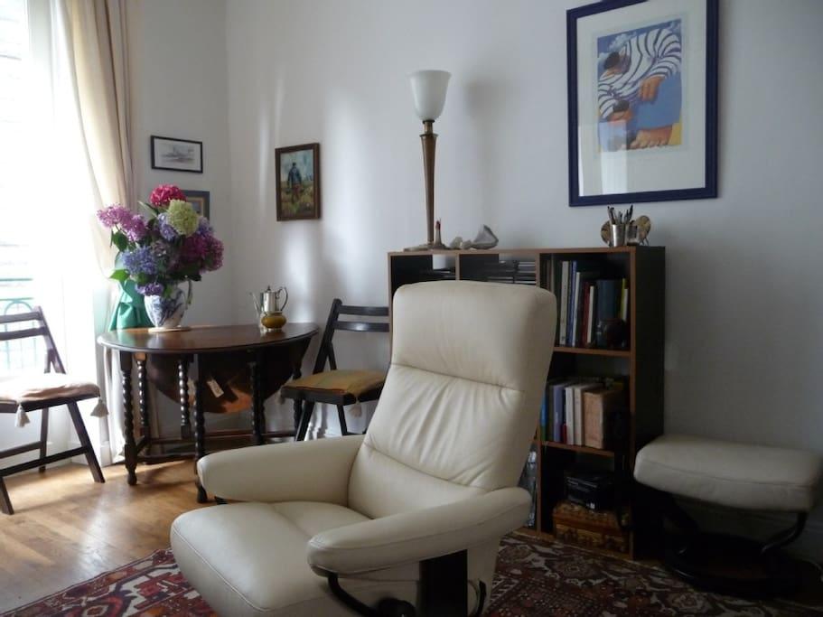 Fauteuils conforts Stressless. / Comfortable Stressless armchair.