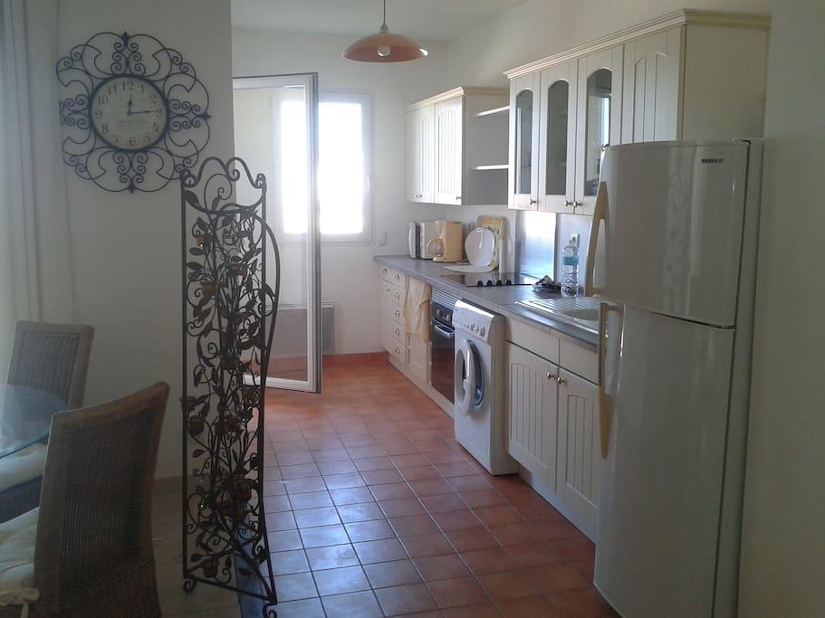 La cuisine équipée, à droite du balcon et une partie de la s-à-m