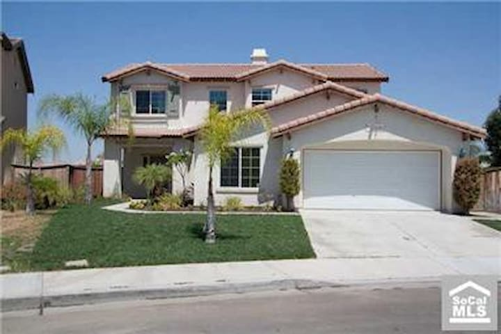 Amazing House with Access to Canal in Backyard! - Moreno Valley - Casa