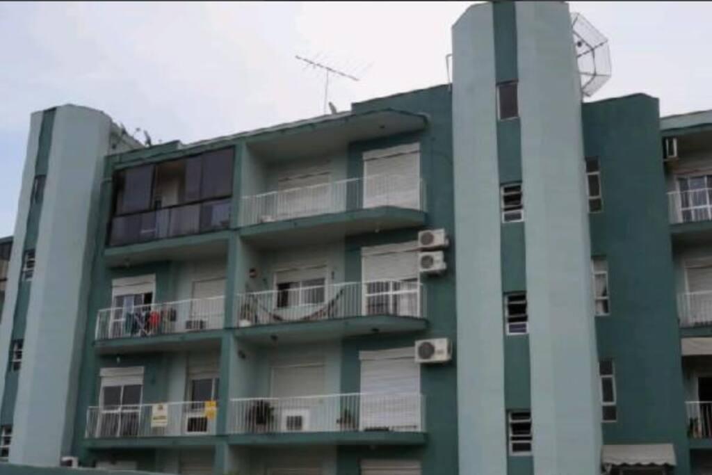 Fachada do prédio, meu apartamento é o do meio da direita, com a rede.