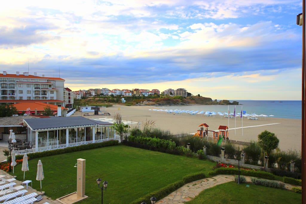 Widok na szeroką, piaszczystą plażę i morze