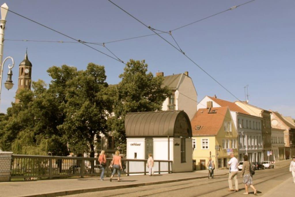 Jahrtausendbrücke und das (gelbe) Haus am Salzhof