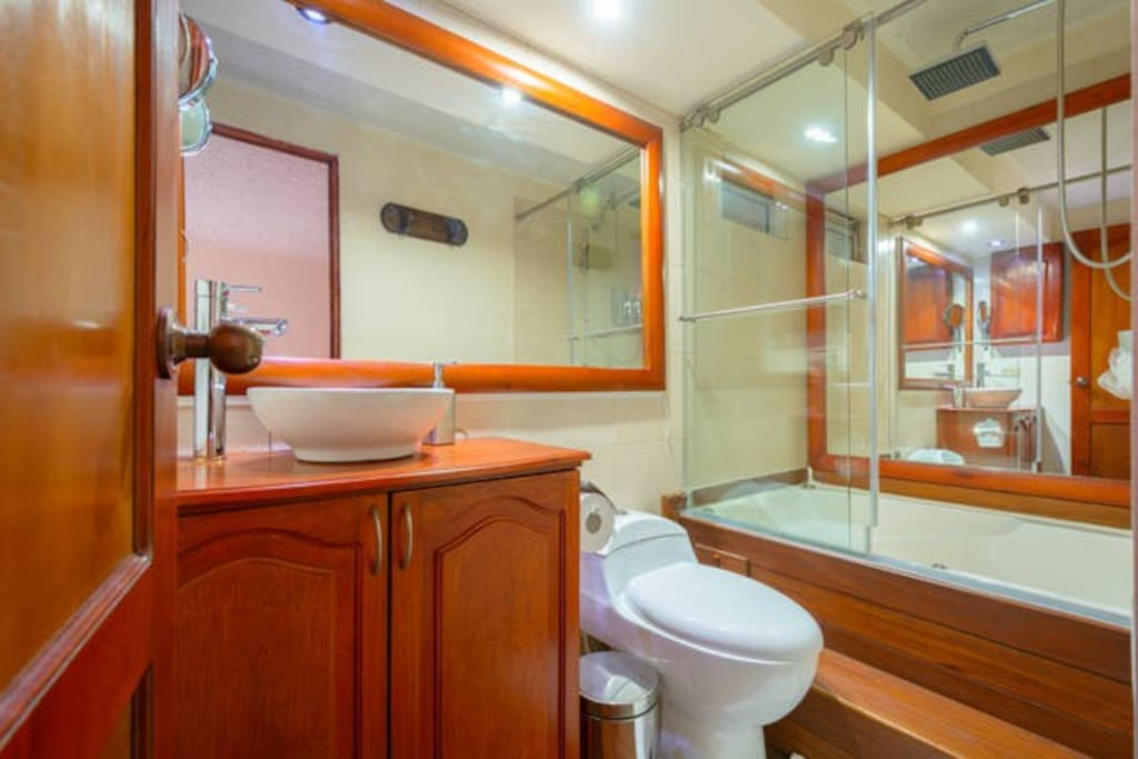 Enjoy a relaxing HOT SHOWER and JACUZZI inside the room with clean towels, free shampoo, conditioner And Body soap. FREE  Colombian coffe and typical CANDIES. Disfruta una relajante ducah de agua caliente y jacuzzi dentro de la habitacion con toallas limpias y gratis shampoo, acondicionador y jabon. Gratis cafe colombiano y dulces tipicos.
