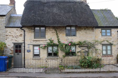 Picturesque Thatched Cottage - Hus
