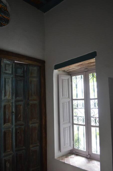La fenêtre donnant sur le patio