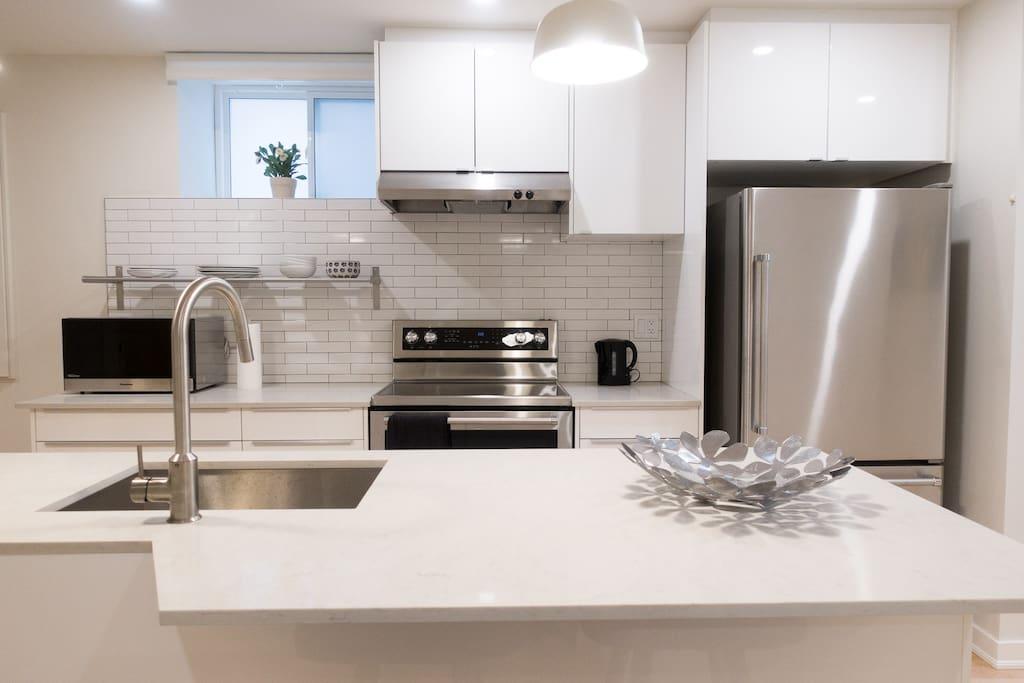 Full-sized fridge, oven/stove and dishwasher