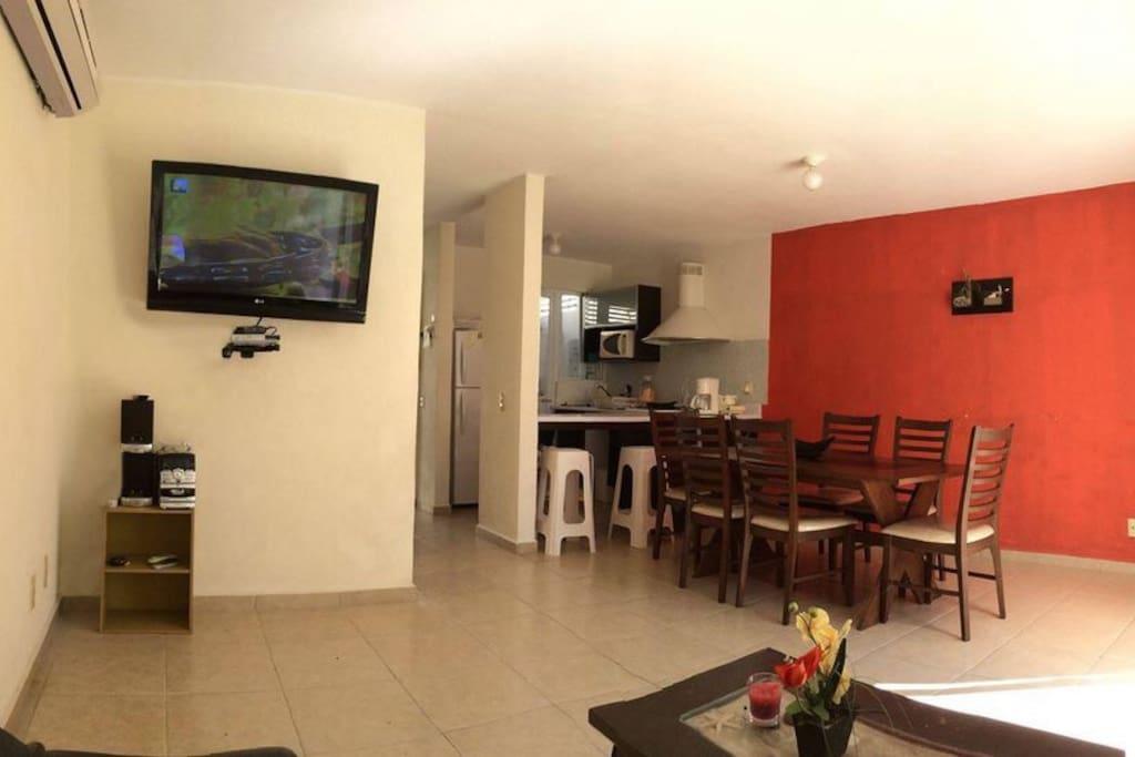 La sala de estar cuenta con comedor, televisión por cable, sistema de sonido con entrada auxiliar y con acceso directo a la alberca y zonas comunes.