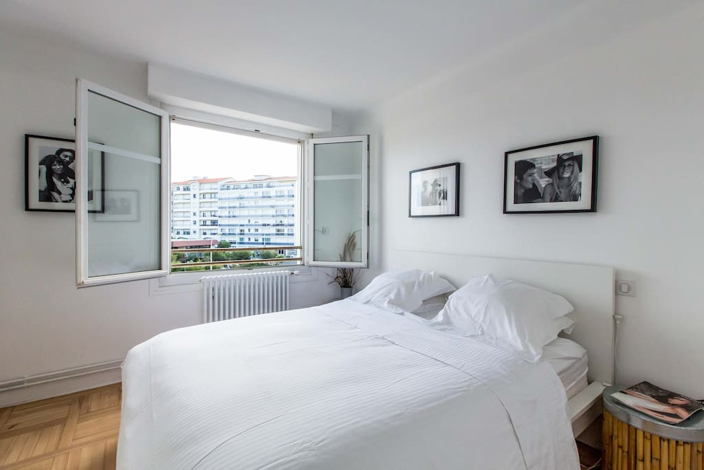 A room with Queen size bed  + 2 large boxes of bed + 2 valets - chambre avec  lit (PHONE NUMBER HIDDEN) grands coffres de lits + 2 valets