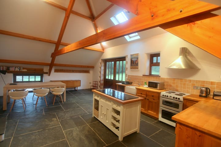 Cornish Long Barn, sleeps 2-6, rural valley views - Bude - Hus