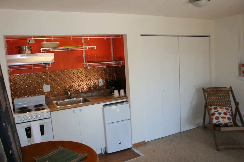 Kitchenette  with oven.