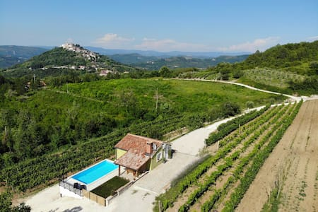 Casa Monteriol in the middle of the vineyard