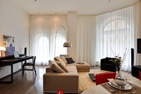 Beautiful 2 Bedroom - Place d'Armes - Apartament