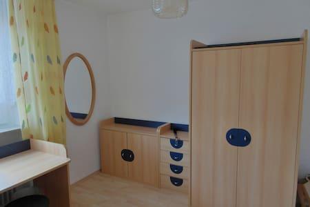 Zimmer in ruhiger Lage. Nähe Uni, Flughafen, Messe - Stuttgart